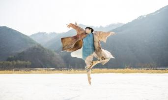 柔和的外貌和感染力的嗓音。 强烈的旋律裹住全身的艺人—Si Yul。 他的首张个人专辑《I do》发售了。