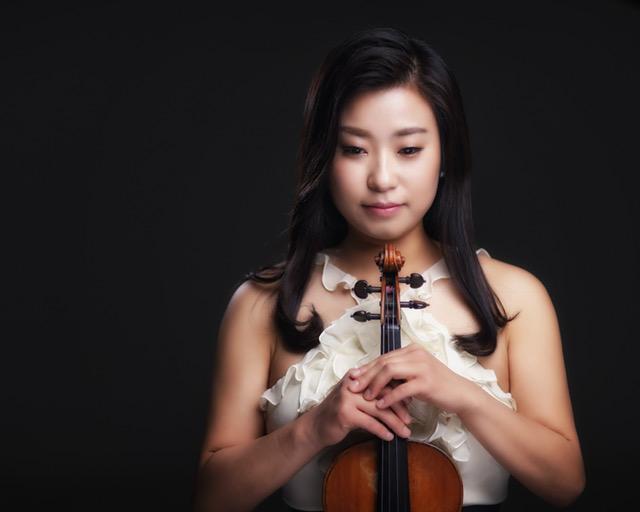 Violinist Sooji Kim (앞면).jpg